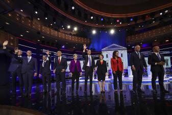 Debate a la sombra de la tragedia en la frontera: 10 aspirantes demócratas muestran sus primeras cartas de presentación (fotos)
