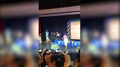Este fue el momento cuando una directora de secundaria interrumpió a un estudiante durante su discurso de Saludatorian