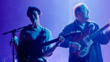 Mueren los miembros y el mánager de la banda británica Her's durante su gira por EEUU