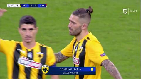 Tarjeta amarilla. El árbitro amonesta a Marko Livaja de AEK Athens