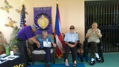 Pedro Pierluisi honra a veterano que sirvió en la guerra de Corea y formó parte de los 'Borinqueneers'