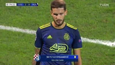 Tarjeta amarilla. El árbitro amonesta a Petar Stojanovic de Dinamo Zagreb