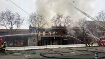Controlan incendio de 4 alarmas en edificio comercial del centro de San José