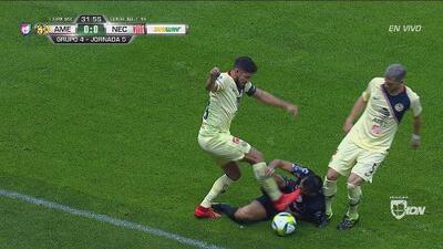 ¿Era de roja? Contreras recibe una patada en la cara de Valdez