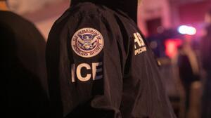 ICE deportó a la mujer que acusó a unos guardias de agresión sexual a pesar de que las autoridades federales aún investigaban el incidente