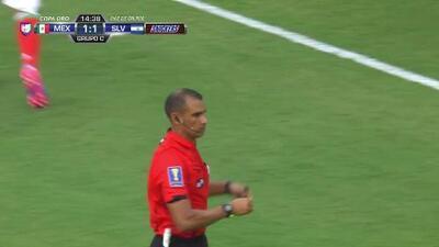 Tarjeta amarilla. El árbitro amonesta a Luis Reyes de Mexico