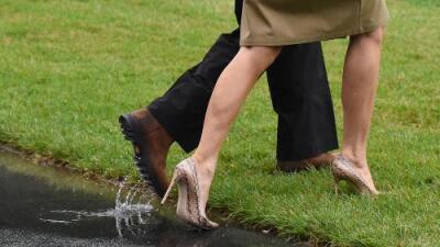 ¿Qué dice de Melania Trump su insistencia en ir por segunda vez a la inundada Texas usando tacones?