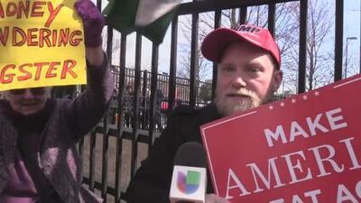 Simpatizante de Trump irrumpe en manifestación de activistas frente a la Corte de Inmigración en Atlanta