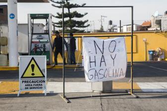En fotos: interminables filas para comprar gasolina en México por desabastecimiento del combustible