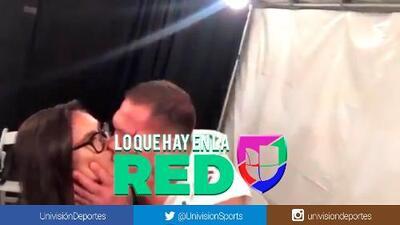 ¡Bochornoso! Boxeador besó a una reportera en plena transmisión y causó repudio