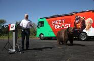 Candidato a gobernador comienza su gira estatal acompañado de un oso