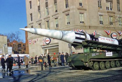 Un misil Pershing 1, un arma con capacidad nuclear, en una calle de Washington DC el día de la toma de posesión de Kennedy. Eran tiempos de la Guerra Fría con la Unión Soviética y todo gesto era una extensión del pulso entre las supuerpotencias.