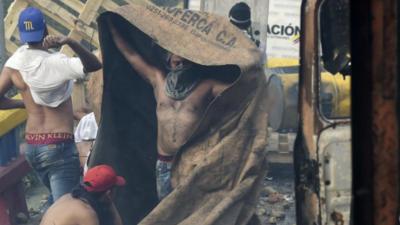 Entre escaramuzas y oficiales venezolanos que abandonan las filas de Maduro continúa la tensión en la frontera