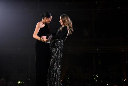 En aquella ocasión, la duquesa de Sussex, aún embarazada, lució un vestido negro de terciopelo de corte asimétrico, así como un discreto moño, un brazalete dorado y unos aretes circulares. Dicha entrega de premios es distinta a la que ahora Markle está nominada.