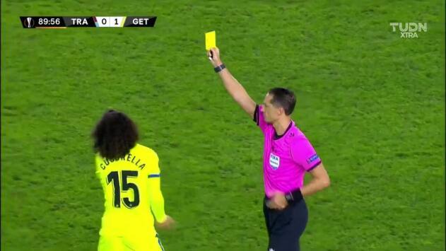 Tarjeta amarilla. El árbitro amonesta a Marc Cucurella de Getafe