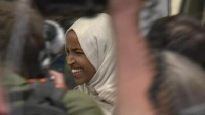"""""""Bienvenida a casa, Ilhan"""": así recibieron en Minnesota a la congresista Omar tras mensajes racistas de Trump"""