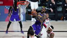 LeBron da ventaja a Lakers y supera a Tim Duncan