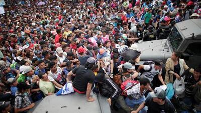 En video: Se desata el caos en la frontera entre México y Guatemala mientras centenares cruzan el control fronterizo