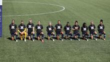 Futbolistas se arrodillan durante el himno nacional en señal de protesta, durante el primer juego de la NWSL