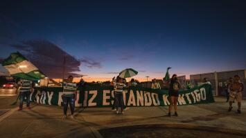 ¡Irresponsabilidad total! Fans de Santos se enfrascan en bronca