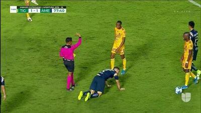 Tarjeta amarilla. El árbitro amonesta a Luis Quiñones de Tigres