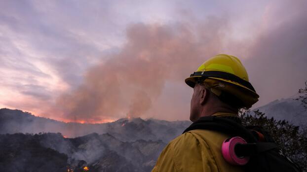 Avanza sin control un incendio forestal en California y ordenan evacuaciones