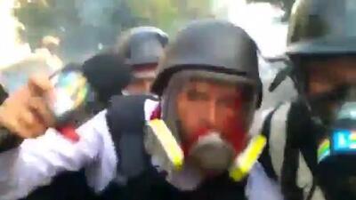 El momento en que disparan contra un periodista cuando cubría las protestas en Venezuela