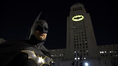 En fotos: La batiseñal brilla en Los Ángeles en homenaje al actor Adam West