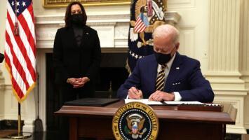 """""""No podemos permitir que el pueblo se muera de hambre"""": Biden firma órdenes ejecutivas para extender ayuda alimentaria"""