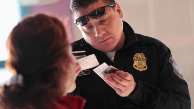 """Las """"trampas"""" de los permisos de viaje para los indocumentados de EEUU"""