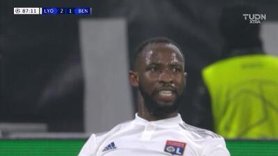 Tiro desviado de Moussa Dembele