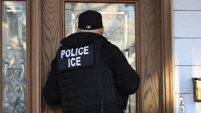 ¿Qué puede hacer un inmigrante si ICE toca la puerta de su casa?