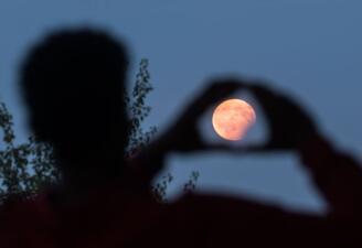 Así se vio el último eclipse de Luna del año