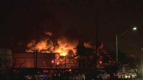 Autoridades advierten que incendio en planta petroquímica en Texas podría extenderse hasta el miércoles
