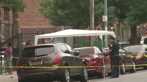 Encuentran a un joven apuñalado dentro de un vehículo en Brooklyn