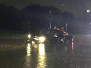 Auto arrastrado por las lluvias en Arlington