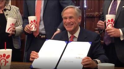 El gobernador de Texas firma la ley 'Save Chick-fil-A'