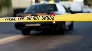 Autoridades hallan el cuerpo de una mujer en el maletero de un automóvil después de una persecución