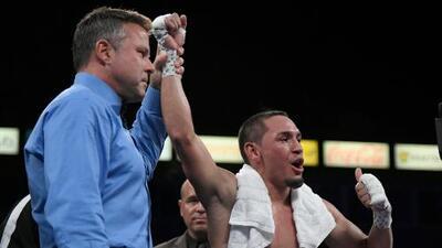 'El Gallo' Estrada deleita y entretiene con TKO sobre Beamon