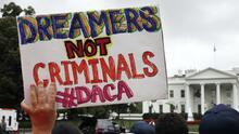 Innecesario y perjudicial: lo que significaría el fin de DACA en datos