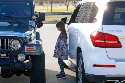"""<b>""""Encuéntrame en el jeep"""".</b> Stephen Tilley, un sacerdote católico, confiesa desde su auto en Draper, Utah. En la foto la pequeña de 8 años Lily Werner, durante su confesión el 22 de marzo."""
