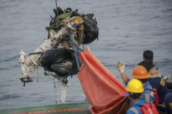 Fotos: Recuperan restos del avión Lion Air accidentado en Indonesia