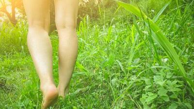 Estas son las ventajas de caminar descalzo. Si no quieres ensuciarte los pies, al menos bájate de los tacones