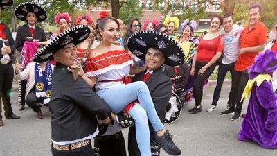 En un colorido desfile, La Bronca inició a celebrar la Independencia de México en Chicago