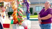 Sorprenden a vendedora ambulante del Valle al comprar $600 en todos los productos de su carrito