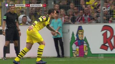 Mano en área del Freiburg y Alcácer hace el cuarto para el Dortmund de pena máxima