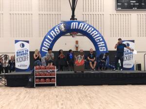 Los Mavericks dicen presente durante el comienzo de clases en Dallas