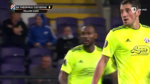 Tarjeta amarilla. El árbitro amonesta a Kévin Théophile-Catherine de Dinamo Zagreb