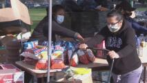 Activistas unen esfuerzos para distribuir comidas a familias de Los Ángeles afectadas por el coronavirus