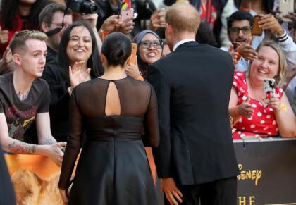 Ciudadanos que se habían congregado para ver a las estrellas de la cinta, los recibieron como celebridades cuando los vieron en la alfombra roja.